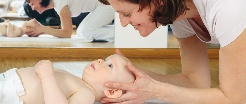 Baby Harmonie Massage: Mutter mit Kind